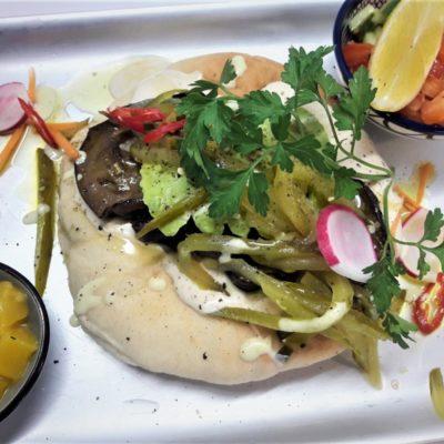 Frühstücksplatte Salat Tehina Pita
